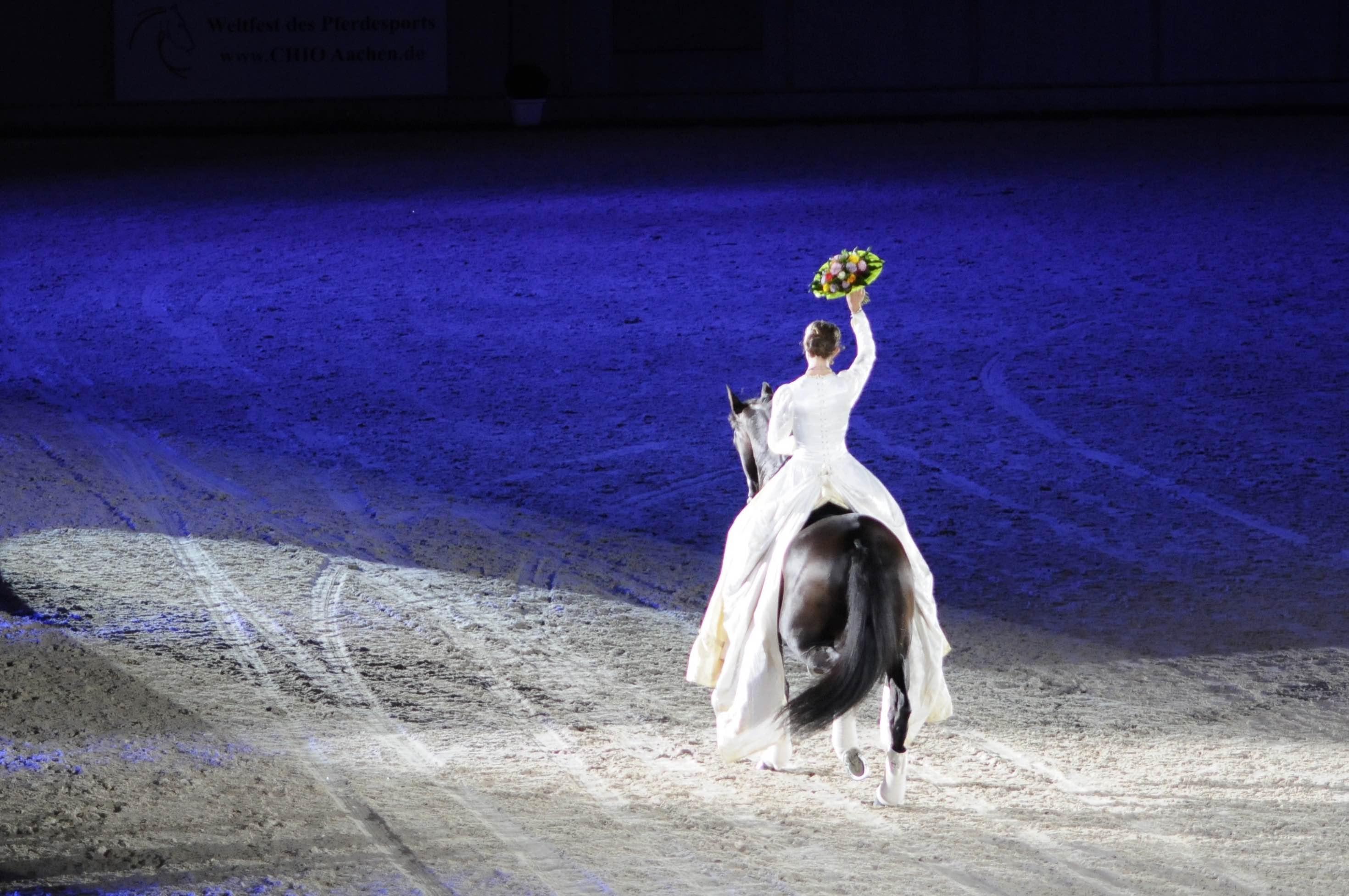 Alizée Froment im Sommer 2016 auf dem CHIO Aachen. Mit ihrem Hengst Mistral nach ihrer Paradenummer, bei der sie Grand-Prix-Lektionen auf Halsring zeigt. Foto: Klara Freitag