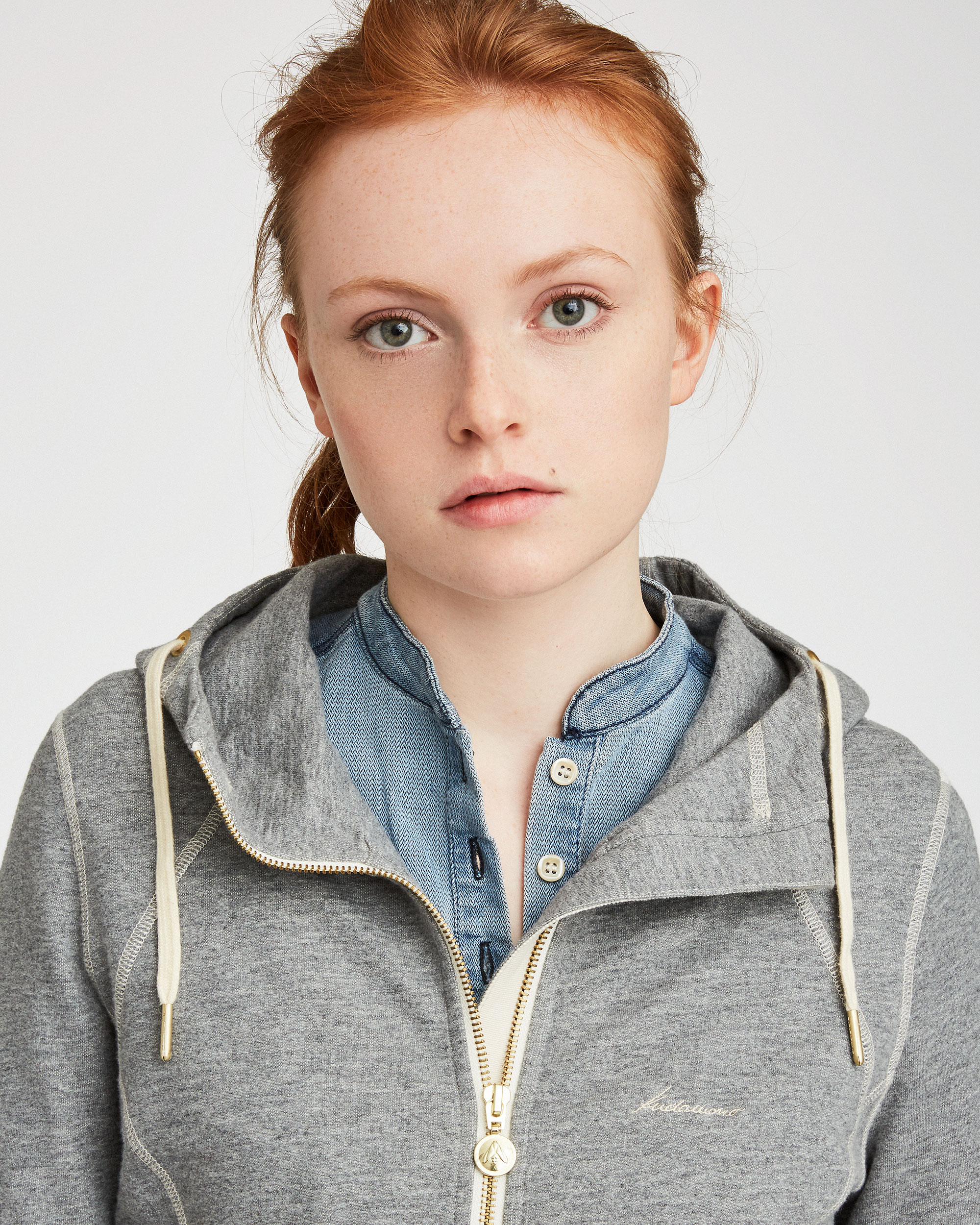Portrait Model mit Sweatjacke Smilla